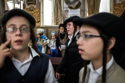 Ультраортодоксальные евреи празднуют Пурим в Иерусалиме, Израиль.